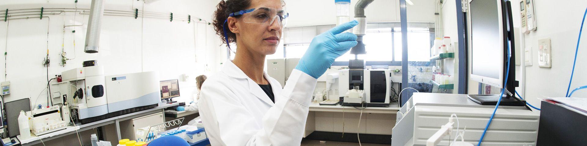 Trabajadora de AGQ Labs en un laboratorio